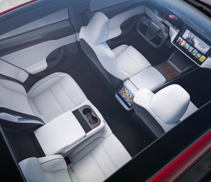 Het vernieuwde stuur en de nieuwe displays in het interieur van de Model X (2021)