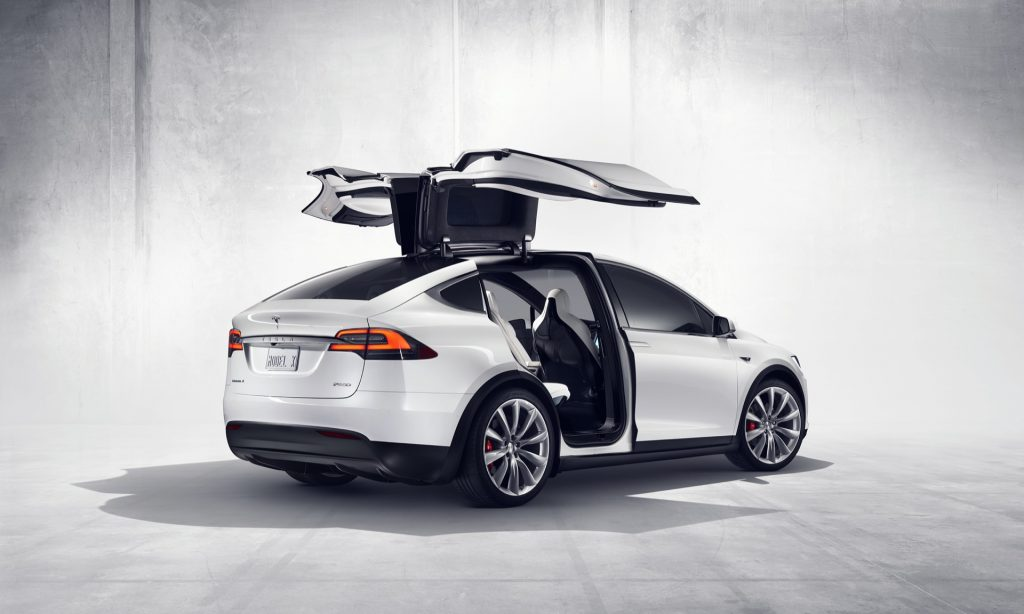 De Falcon Wing-achterdeuren van de Model X