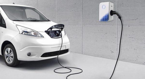 Een elektrische e-Evalia (2019) aan de oplader