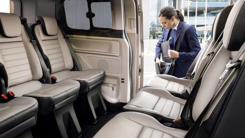 Tegenover elkaar staande stoelen in de Ford Tourneo Custom van 2020