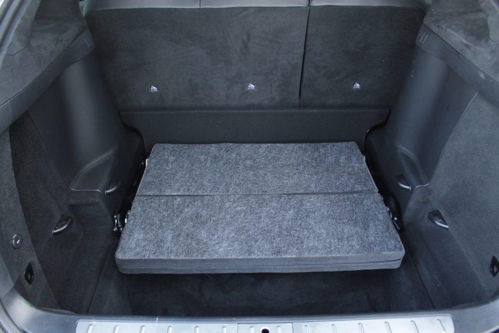In een SUV als de Tesla Model X kan de Uniklapbank onder de vloer verdwijnen