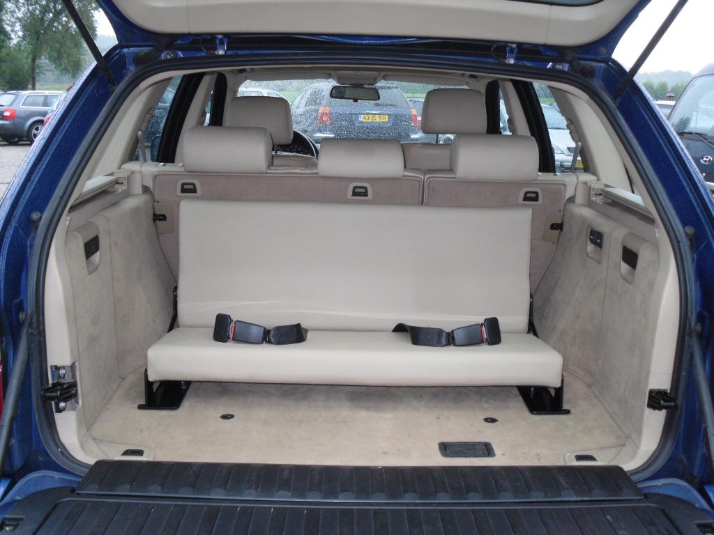 Een beige lederen bankje in een BMW X5
