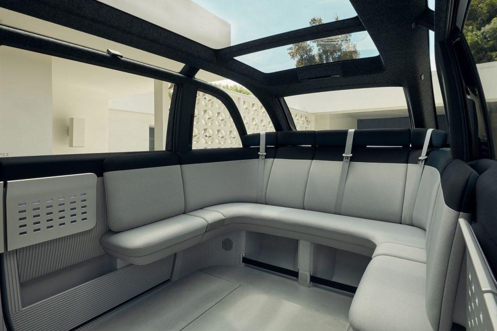 De karakteristieke zitbank in de Canoo Lifestyle Vehicle van 2023